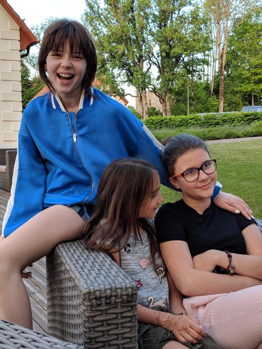 12 Kinder auf der Terrasse